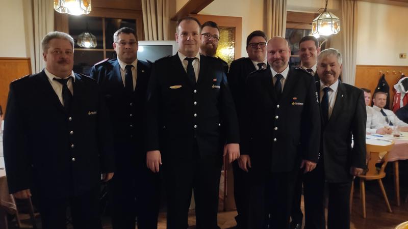 Beförderte und geehrte Feuerwehrmänner